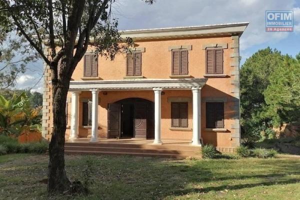 A louer une belle villa à étage F6 dans une résidence bien sécurisée et très facile d'accès à Talatamaty