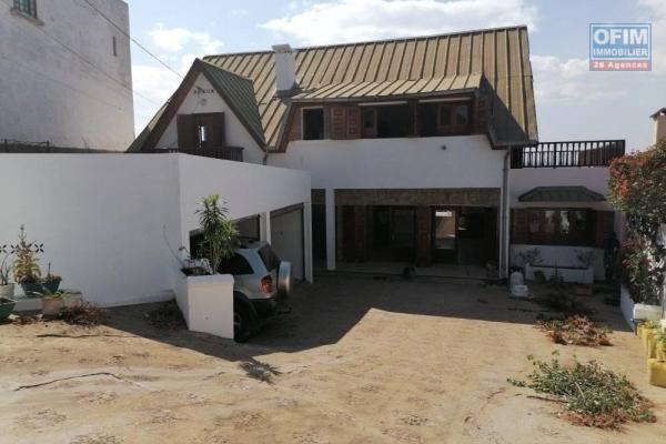 A louer une grande villa F5 se trouvant à 10 minutes de la station Jovenna Ivandry et à 5 minutes de la nouvelle route Tsarasaotra.
