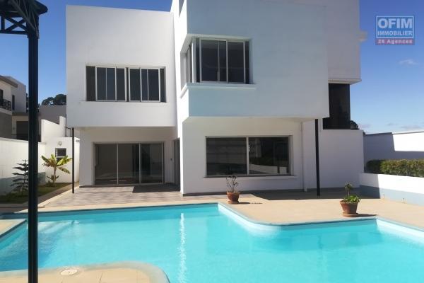 Une villa neuve F6 avec piscine à Analamahitsy Farango