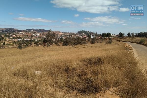Beau terrain de 4 018 m2, bord de route en pavé , prêt à bâtir à Antsampandrano Ilafy- Antananarivo