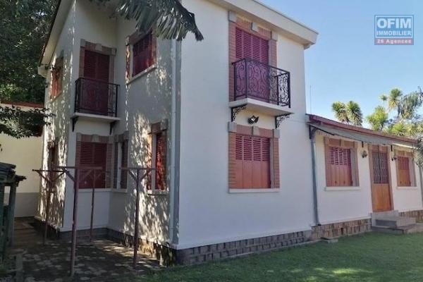 A louer une belle villa à étage F4 dans un endroit calme à 3 minutes de l'école primaire C à Ambohibao