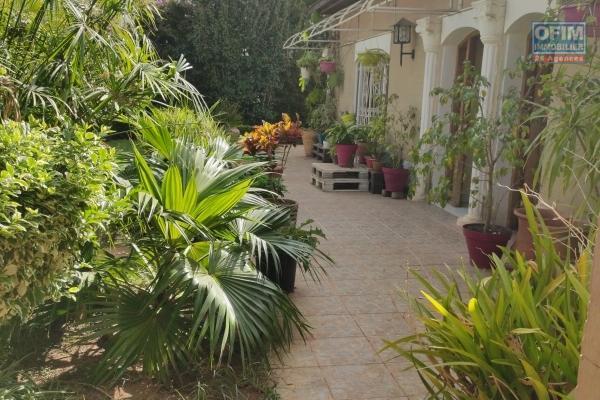 OFIM met en location une villa basse de F4 avec un beau jardin et parking pour 3 voitures à Ambohitrarahaba Androhibe à 5min d'ivandry