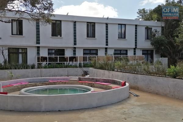 À louer 3 duplexes de type F3 et 2 de type F2, meublés et équipés dans une résidence calme et bien sécurisée 24h /24 sis à Ambohibao à deux pas de l'école primaire française C avec une vue sur le lac