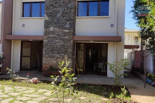 OFIM Immobilier propose en location une Villa à étage F4 avec un petit jardin et un garage fermé à Antsahabe