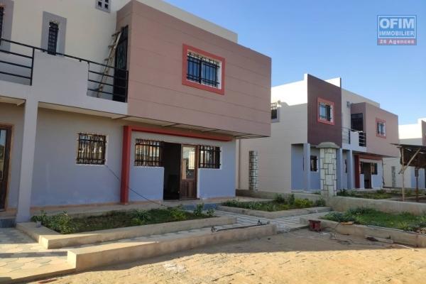 OFIM immobilier offre en location une villa neuve de F6 dans une petite résidence sécurisée à 2min de l'école B les charmilles Ivandry