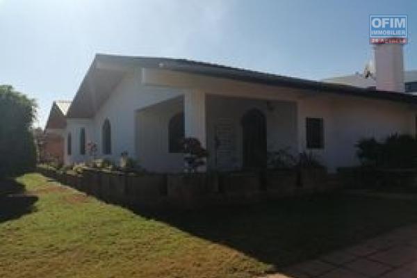 A louer une villa plain pied de type F6 dans une résidence bien sécurisée sise à Ambohibao