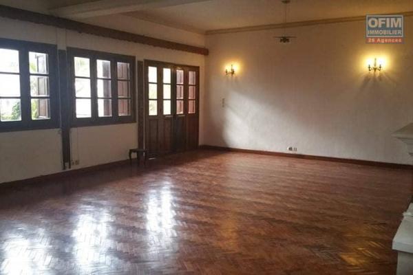 OFIM immobilier loue un appartement T3 spacieux et lumineux avec garage fermé sis à Ambohitrakely près de Betongolo