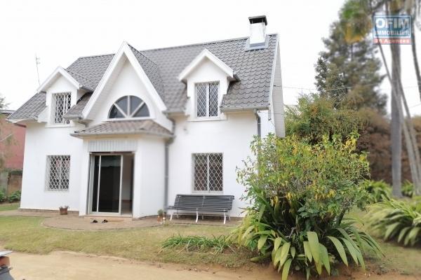 À louer une villa à étage de type F3 dans un quartier résidentiel et à deux pas de l'école primaire C française et non loin de l'aéroport Ivato sis à Ambohibao Mamamba