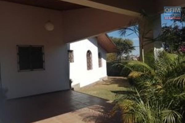 A louer une villa plain pied de type F5 dans une résidence bien sécurisée sise à Ambohibao