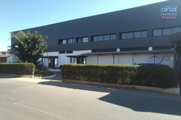 Bâtiment à étage de 4.769 M2 en bord de route principale à usage commercial ou industriel à Antsirabe