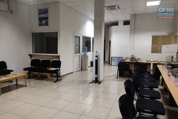 OFIM immobilier vous offre en location un local commercial de 297m2 au DRC et à l'étage en bord de route à Analakely