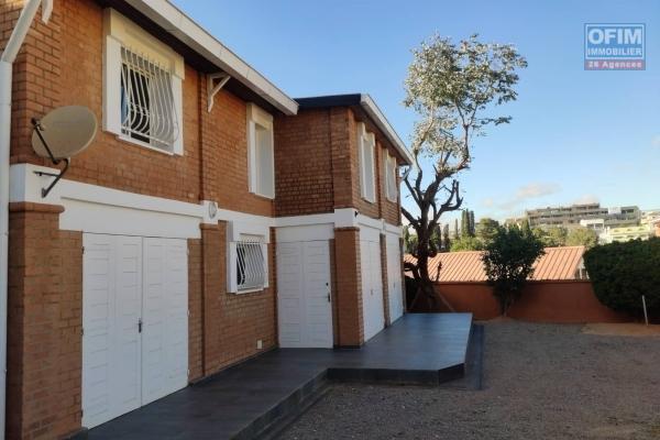 OFIM Immobilier propose en location une petite villa à étage de style traditionnel F4 sur Mahatony Ivandry