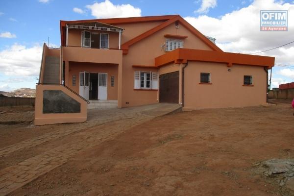 Grande propriété avec une grande maison F7 à 5 mn de peter pan à Ambohijanaka