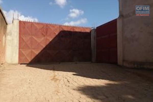 Deux entrepôts  224 m2 dans une propriété de 1700 m2 à AMBOAROY AMBOHIBAO ,avec possibilité d'extension.