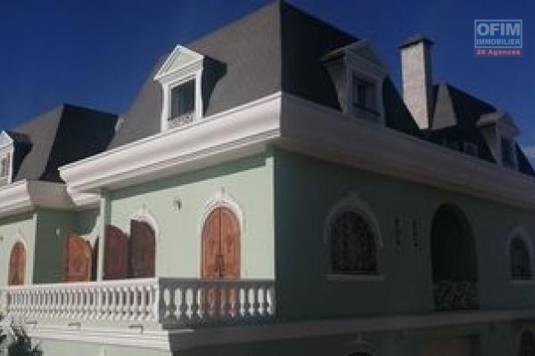 A louer une splendide villa F9 de style Mansart qui se trouve dans une propriété de 2000 m2 avec piscine à Ambohibao
