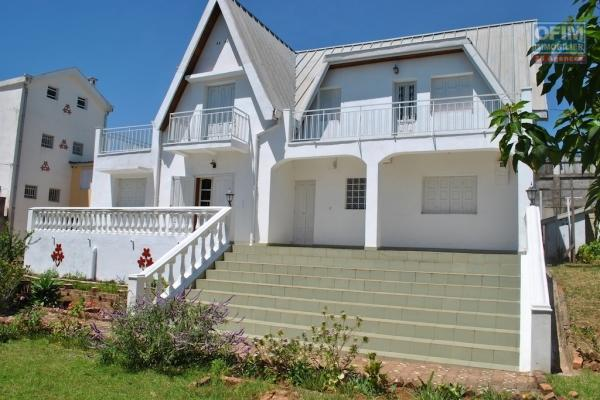 A louer une villa à étage F5, dans un quartier calme , en sécurité ,avec vue sur le lac à Ambohibao