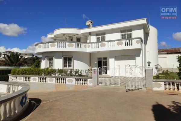 OFIM vous offre en location une villa de type F8 avec jardin dans une résidence calme et sécurisé 24/24 à 1minutes de l'école française B