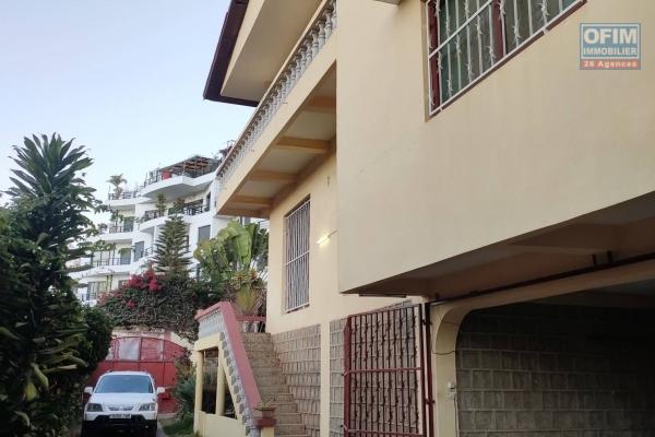 OFIM offre en location une villa à étage F5 avec abri pour voiture,parking ainsi qu'un petit coin verdure à Ivandry