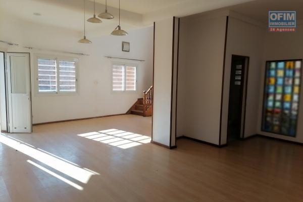 À louer une villa à étage de type F5 située à Ambohibao Andranoro avec accès facile et proximité de toutes les commodités comme marché, centre commercial et transport en commun