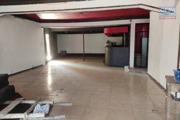 OFIM Immobilier offre en location un local commercial de 100m2 au 1er étage et bord de route sis à Analamahitsy