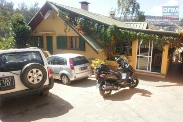 A vendre  Villa à étage  F7 dans un lotissement résidentiel à Ambatobe .