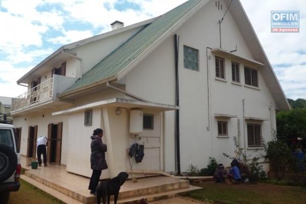 A vendre belle villa moderne avec piscine à Ambohitrarahaba