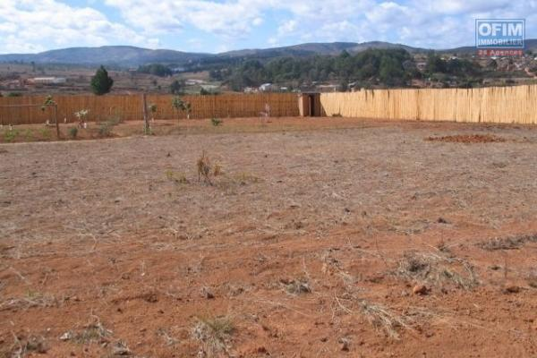 Terrain aménagé et prêt à bâtir sur 2500 m2 à Ilafy,Clôturé. titré et borné