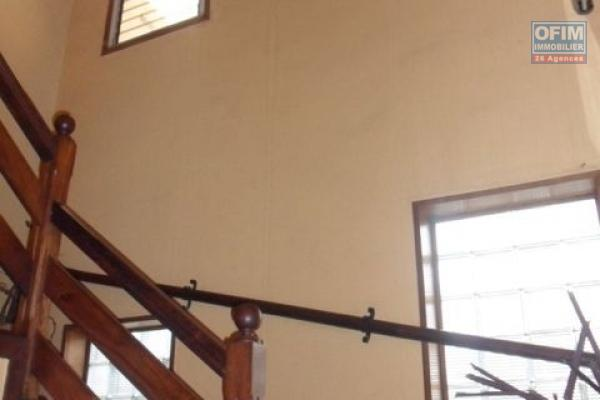 A vendre un immeuble R+4 neuf en bord de route de l'axe Nanisana vers Ambatobe à 5 minutes du Lycés français