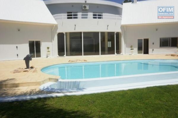 Villa contemporaine F5 avec piscine à Soavimbahoaka
