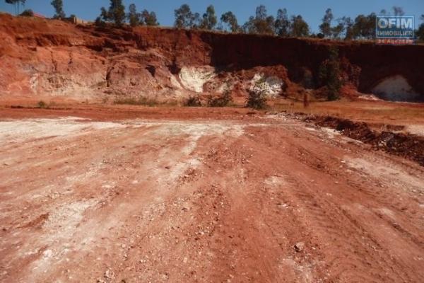 A vendre un terrain clôturé de 1200 m2 à Anosiala Ambohidratrimo dans un quartier calme à 1800 m de la route principale