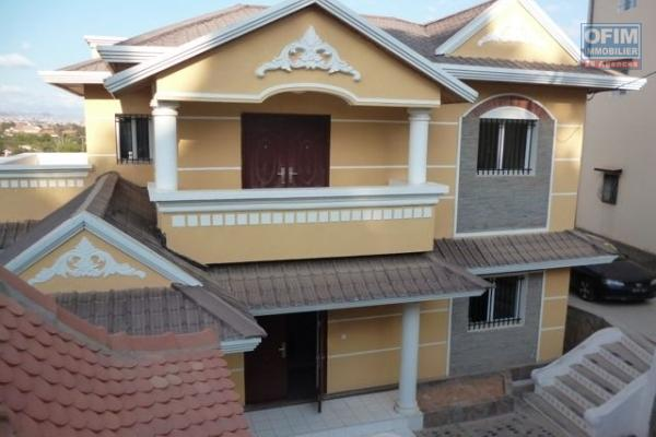 A vendre une belle villa de 300 m2 de surface utile dans le quartier calme et résidentiel de Talatamaty sur un terrain de 1016 m2