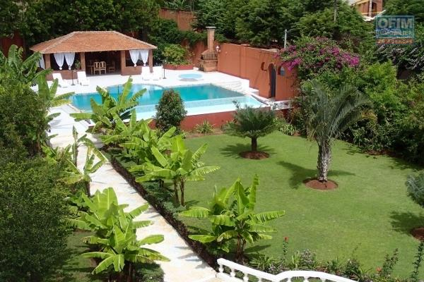 A vendre un belle villa de 600m2 sur 2 niveaux sur 1 517m2 de terrain sise en bord de route Nanisana