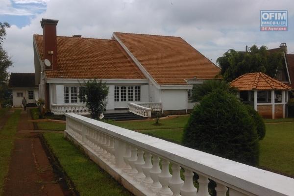 A vendre une magnifique villa d'architecture moderne d'exception de 400m2 habitable avec une piscine sur un terrain de 1 778m2 avec une superbe vue à 10 min d'Ambatobe