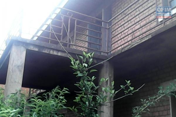 A vendre maison sur 463m2 de terrain située à Alarobia Amboniloha proche du parc Tsarasaotra