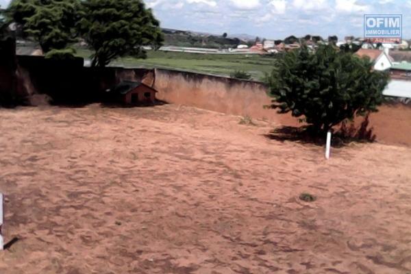 A vendre terrain plat prêt à bâtir bien cloturé du coté d'Ambohinambo Talatamaty.