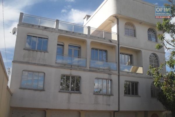 A louer un grand immeuble à 2 étages, accès facile, possédant une belle vue, situé à Amboaroy Ambohibao
