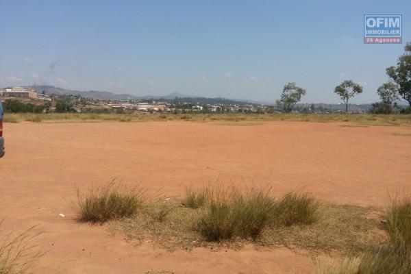 A vendre terrain plat prêt à bâtir bien cloturé du coté de Fokontany Amboaroy Ambohijanahary.