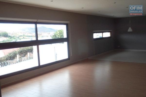 A vendre une très grande maison de plus de 10 chambres sur un terrain de 3000 m2 à Ambatomaro