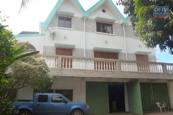 A vendre grand villa de standing avec 500M2 habitable sur un terrain de 8000M2