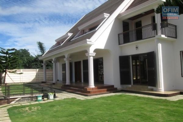 Une grande villa F7 avec piscine à Manakambahiny