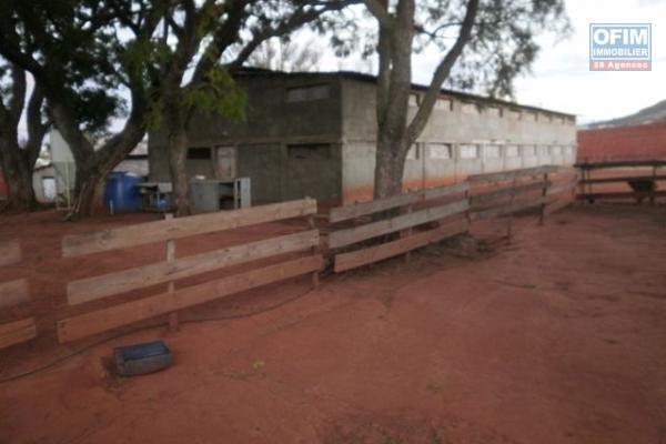 A vendre, 02 entrepôts de 150 m2 chacun en bord de route Andrefanambohijanahary