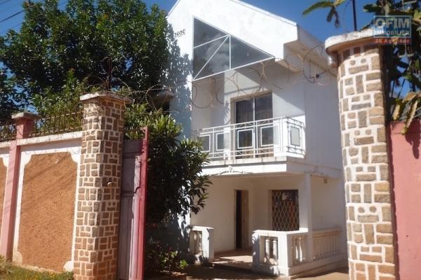A louer une belle villa à étage semi-meublée F5 dans un quartier résidentiel à Mandrosoa Ivato