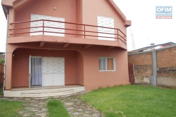 A louer une villa à étage F4 semi meublée dans une petite résidence à Varabohitra Itaosy Antananarivo