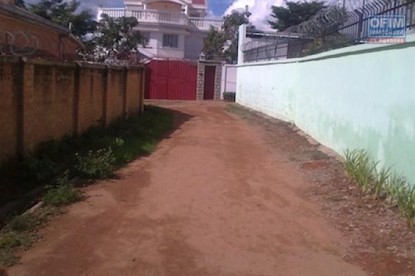 A vendre, un terrain de 500 m2 en bord de route principale sur le By pass- Antananarivo