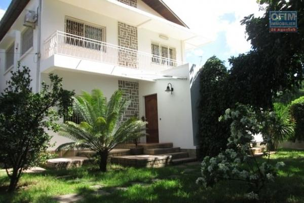 A vendre, une belle villa F5 à étage sur 950 m2 de terrain à Ivandry - Antananarivo