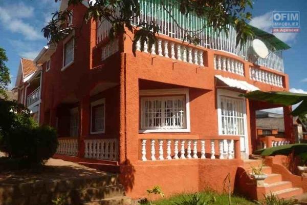 A louer villa à étage meublée de type F4 sise à Ambatolampy Antehiroka à 10 mn de l'école primaire C française Ambohibao