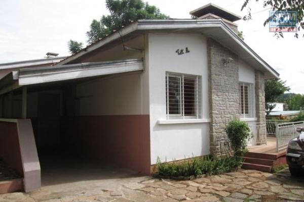 OFIM met en vente une grande maison très bien située sur un terrain de 176m2 en bord de route et en plein coeur d'Isoraka